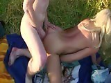 Maman baise un jeunot en extérieur