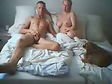 Papa et maman baise sur le lit