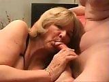 mature - Vieille mature en lingerie qui suce une bite à fond