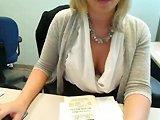 Cette secrétaire se doigte la chatte au bureau