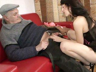 Papy embauche une femme de ménage…