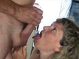 française - Une mature française suce la queue de son mari