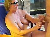 Une mamie de 60 ans en train de sucer