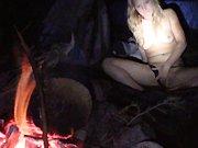 Une nana se fait baiser en plein camping