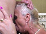 Jeune mec qui baise avec une cougar blonde…
