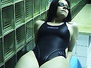 Une nageuse suce son amant dans les…
