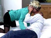 Cougar de 50 ans baise avec un mec…