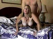 Maman pulpeuse baisée en levrette sur le lit