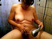 Mature se masturbe sous la douche avec son…