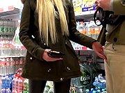 blonde - Suceuse blonde avale une bite dans un magasin