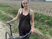 Teen - Elle se fait baiser durant une sortie à vélo