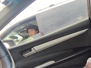 Un pervers sort sa queue dans sa voiture