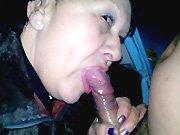 Une mamie fait la pute et suce son client