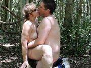 Vieille cochonne baisée dans les bois par…