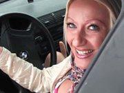Elle se gode dans sa voiture et se fait doigter…