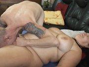 Il fouille la grosse chatte d'une mature
