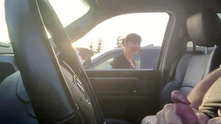 elle regarde un pervers se branler dans sa voiture@av4