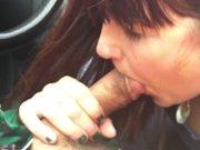 Milf de quarante ans suce un mec dans une…