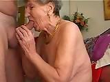 Vieille mamie suce une bite