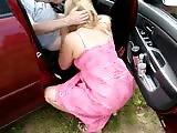 Mature qui suce un mec dans sa voiture