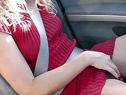 Elle suce la bite de son mec sur l'autoroute