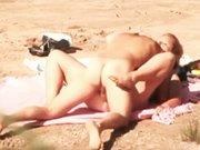 Monsieur baise sa femme à la plage