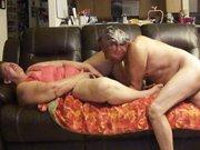 Mamie aime quand papy la baise sur le canapé