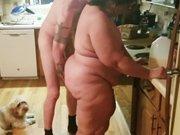 Une grosse salope à poil dans ma cuisine