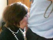 La secrétaire suce la queue de son patron