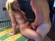 Il baise sa jolie femme sur la table de la…