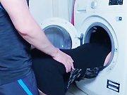 Je la baise dans la machine à laver