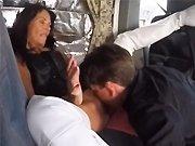 française - Une vieille salope française se fait manger la chatte dans un van