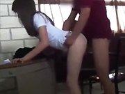Elle se fait baiser par son prof en pleine…