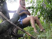 Elle se masturbe dans la forêt et sous la…