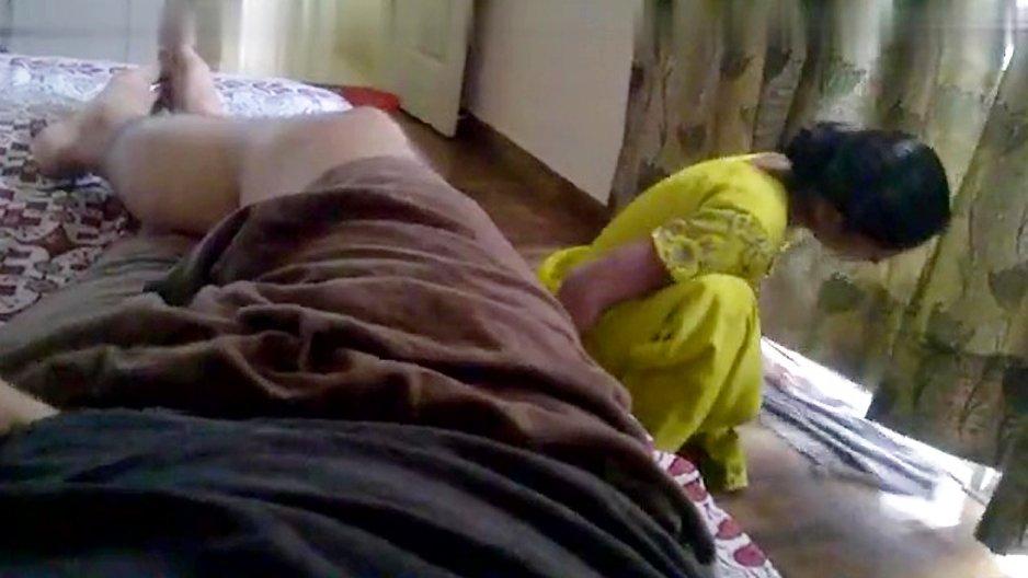 Un pervers qui se branle à côté de sa femme de ménage