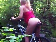 française - Elle se masturbe avec la scelle de son vélo