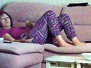 Ma mère se masturbe sur son canapé