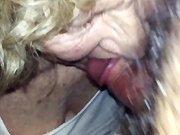 Une mamie qui suce la petite queue de son…