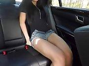Elle se masturbe à l'arrière de la voiture