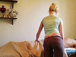 branlette - Une masseuse qui termine son client avec une grosse branlette