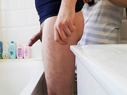 branlette - Il se fait branler par sa femme dans la salle de bain
