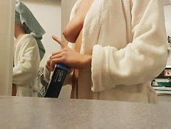 voyeur - Un voyeur réussit à filmer sa salope dans la salle de bain