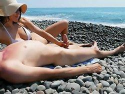 branlette - Une bonne branlette sur une plage naturiste