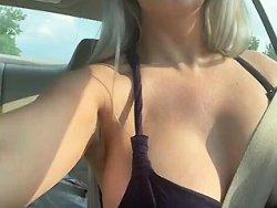 Jeune amatrice se touche dans la voiture