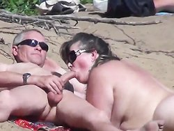 Pipe - Madame lui suce la queue sur une plage libertine